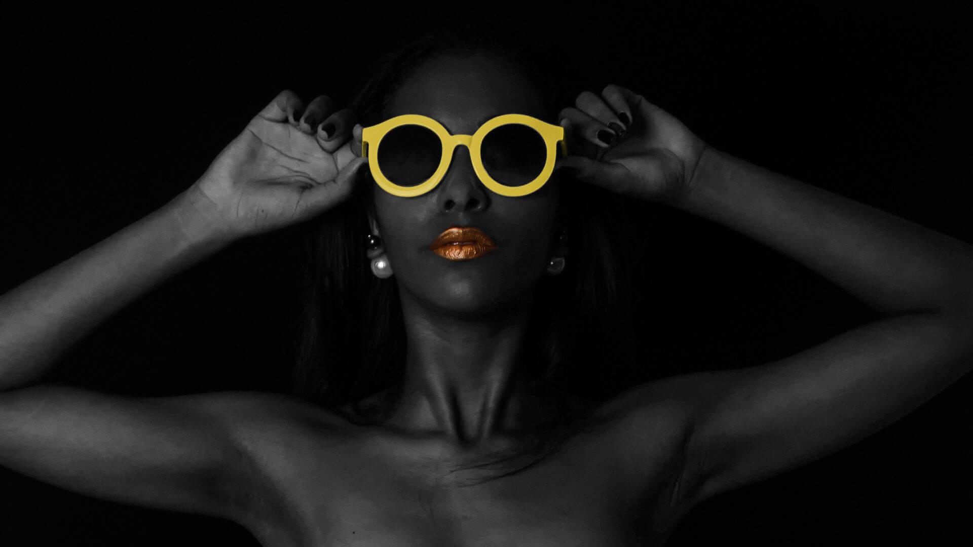 ragazza designer con occhiali gialli