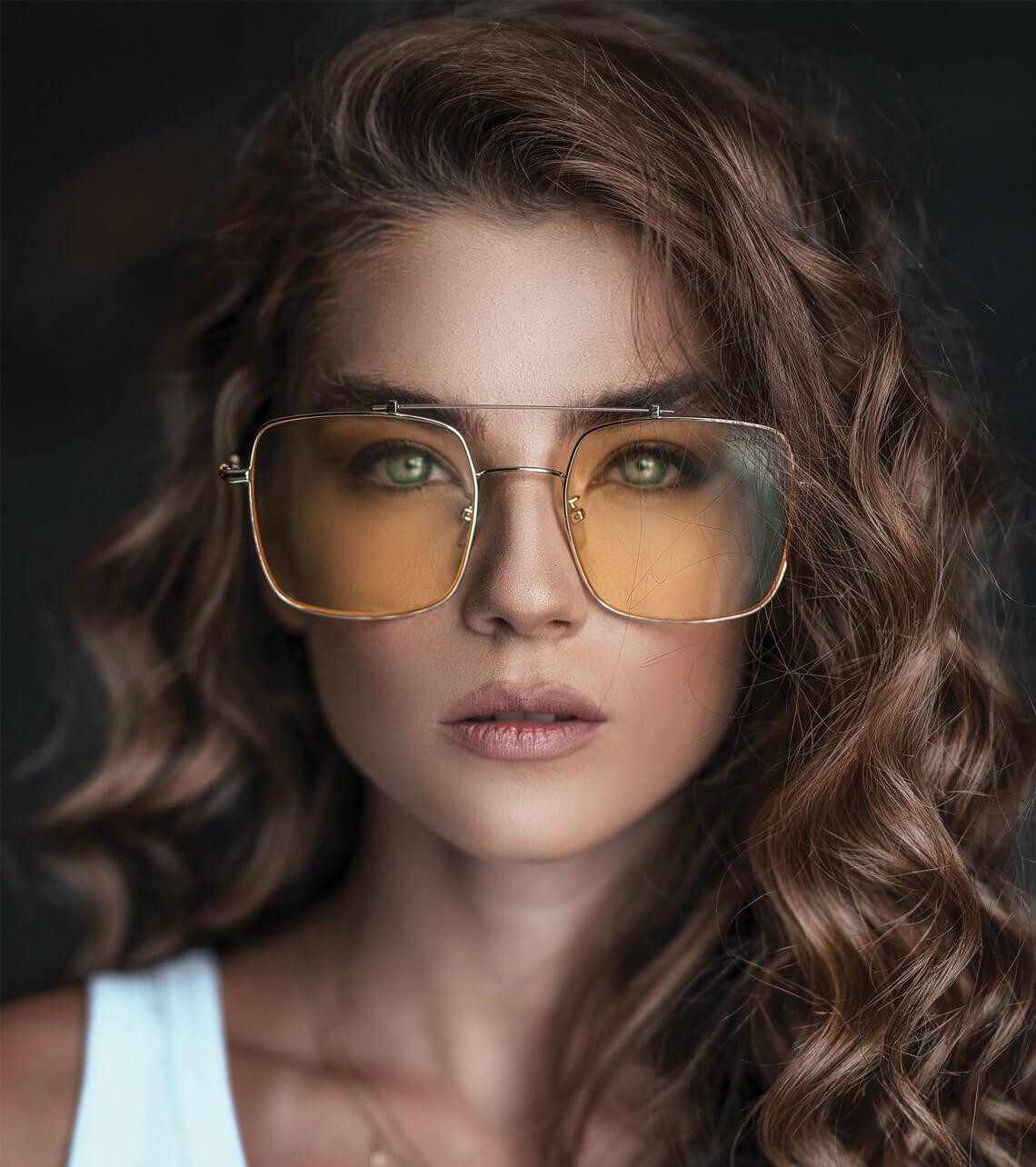 foto di donna che indossa occhiali da vista