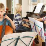 ragazzi apprendimento musicale strumenti